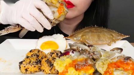 """韩国ASMR吃播""""酱油酱螃蟹荷包蛋紫菜饭团"""",听这咀嚼音,吃货欧尼吃得真馋人"""