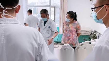 黑龙江尚志市中德骨科医院创伤科崔喜山主任带领医生查房 看望胫腓骨骨折术后患者恢复情况 交代功能锻炼