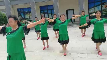 爱在草原舞蹈领舞李芝兰海南省五指山市候鸟花园老年舞蹈队2020年8月26