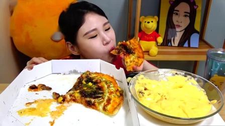"""搞笑吃播:""""大蒜烤肉披萨芝士h意面"""",搭配奶酪酱,吃得真香"""