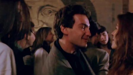 三人新世界法国小伙强吻了张曼玉林子祥英雄救美惨被打。 「出处:三人新世界」