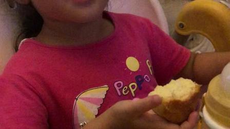 9.4墨墨回来吃我做的纸杯蛋糕,喝玉米汁