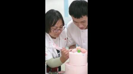 杜仁杰实战烘焙培训学校学员制作裱花蛋糕