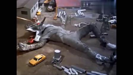 奥特曼:赛文开飞行器攻击雷欧,并糊住了雷欧的眼,雷欧发威了