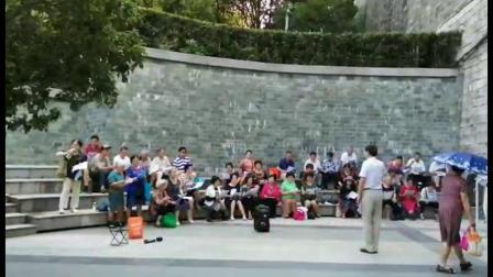 南京红枫艺术团在玄武湖排练歌曲《天使的身影》