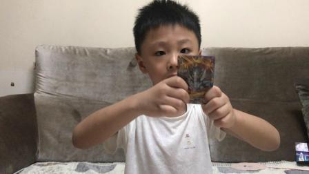 小王视频——第46期一起床就拆奥特曼卡片