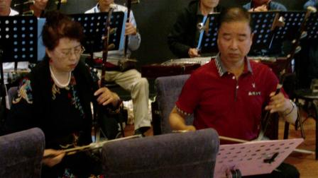 薛晓燕演唱的《众手浇开幸福花》