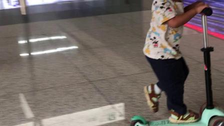 郑州东站候车大厅玩滑板