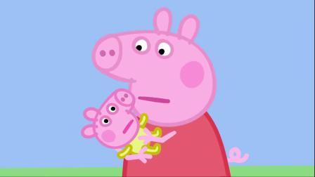 小猪佩奇:佩奇很喜欢小宝宝,忍不住的想抱抱他,真是可爱!
