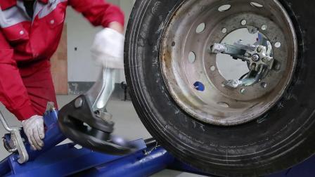 大轮胎卧式拆装机操作演示