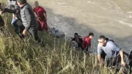 甘孜州德格县中扎科不顾个人安危救人现场