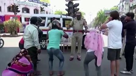 为何印度警察出门不带枪?只用一根木棍执法,背后原因让人心酸