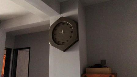 我家里的挂钟(已修好)上午10点报时(报时声比昨天更小了)