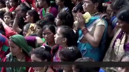 """不愧是""""开挂""""的印度!人们互相扔石头,每年有上百人受伤"""