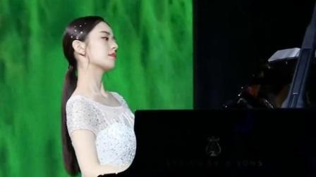 吉娜爱丽丝现场弹奏天籁之音,果然是集美貌与才华于一身啊,侧脸真好看
