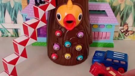 儿童玩具:乔治踩着楼梯去喂小鸟宝宝