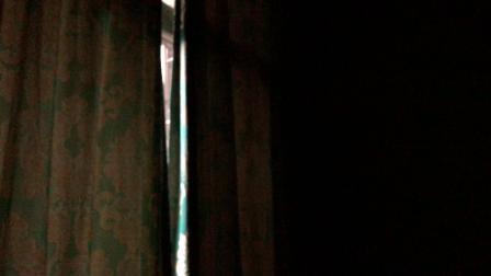 我外婆的房间挂钟下午4点报时(拉上了窗帘,周围黑,表看不见)
