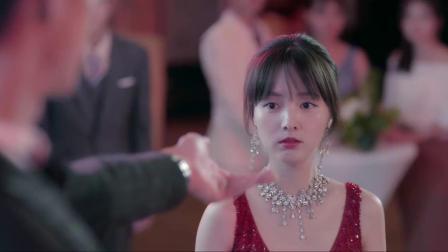 陆总晚会现场当众浪漫求婚,十年了,陆薄言为苏简安戴上大钻戒!