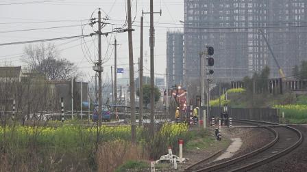 单机 52154次 DF7C5165 通过宁芜线K72KM采石站道口