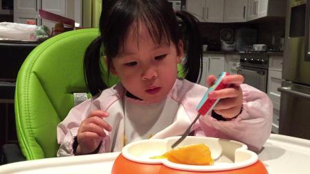 兩歲松果吃芒果蛋糕