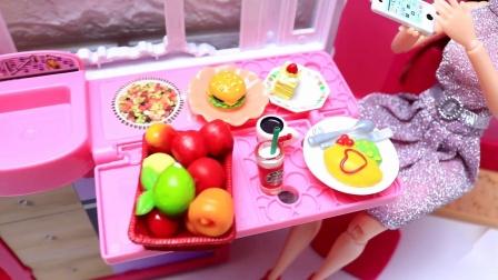 芭比娃娃被闹钟催醒起床,换上漂亮衣服鞋子,服务生送来美味的鸡蛋饼和草莓蛋糕早餐 第3集