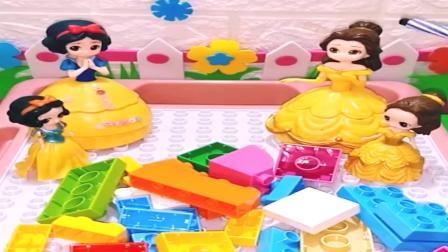 小白雪和小贝儿一起用积木搭房子,小贝儿和小白雪相处的真好