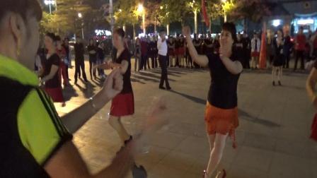 集体对跳广场舞