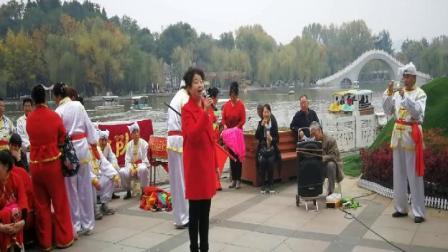 王芳演唱《幸福中国一起走》秧歌队