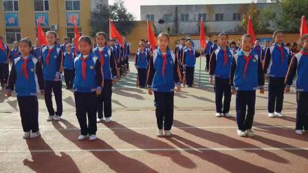 任丘市第二实验小学少先队代表高唱中国少年先锋队队歌《我们是共产主义接班人》