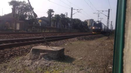 """[火车视频]HXD3C牵引客车""""飞奔""""通过!"""