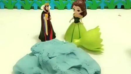 王后嫌白雪跟王子好,要把白雪关起来,贝儿公主来救白雪