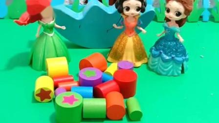 王后让公主们拼积木,人鱼和贝儿不想拼,让白雪一个人拼
