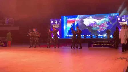 江苏扬中舞会大型团体舞:站疫情(北国之春 摄)_20201121