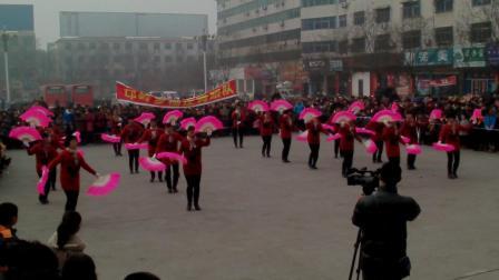 邙岭乡杨庄舞蹈队在偃师市火车站演出舞蹈