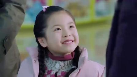 小女孩被父母抛弃,医生姐姐为了安慰她,带她去游乐园玩