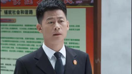 小镇大法官:姜法官埋怨王庭长,有水坑不告诉他,弄得他落汤鸡