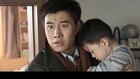 爸爸听见儿子的哭声,立马砸开保姆家的门,当场崩溃了