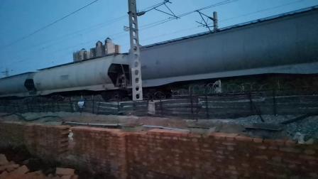20200424 194645 阳安线HXD2运粮专列出汉中站交汇客车K257次列车