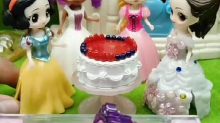 白雪生日了,贝尔送白雪蛋糕,贝尔对白雪真好!