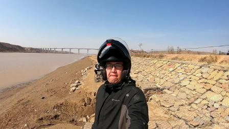 托克托县湾镇购买当地特产果丹皮结束后骑摩托车到黄河边浏览