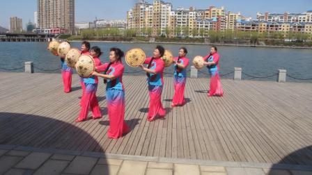 凤城市茧站社区莲花舞蹈队舞蹈-渔家姑娘在海边
