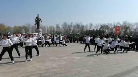 """""""我们的节日——'庆祝中国建党100周年'系列活动""""之清明踏青广场舞联谊会振安区城乡体育健身舞蹈联合协会舞蹈《咱们工人有力量+我们走在大路上》片段"""