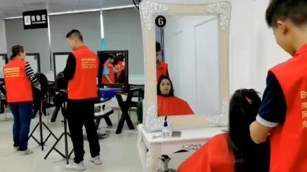深圳哪里学美发,正规美发培训学校_时代美妆学校美发实操现场