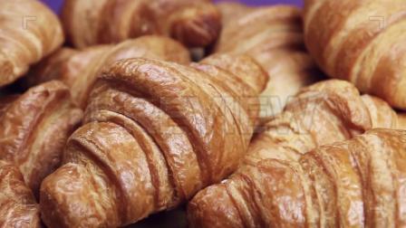 视频素材早餐桌上新烤的牛角面包实拍视频