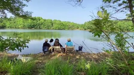 4人结伴百瑞赢同行,在湖面上闲暇靠谱交谈颇有陶渊明悠然心境