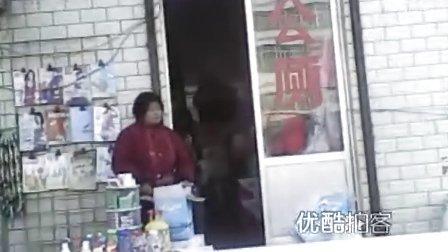 【拍客】公共厕所竟被商贩开起商店兼营副食