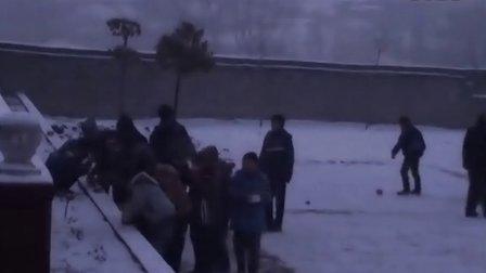 【拍客末日视频日记】21日7:05学生放学雪地吃早饭