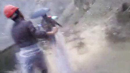 冒着山体滑坡和泥石流的危险 国网员工阿坝州茂县冒自救