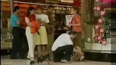 国外恶搞 用小狗撒尿 来摸美女的腿