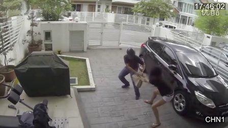 实拍劫匪抢劫遇到女汉子的悲催后果 爆笑